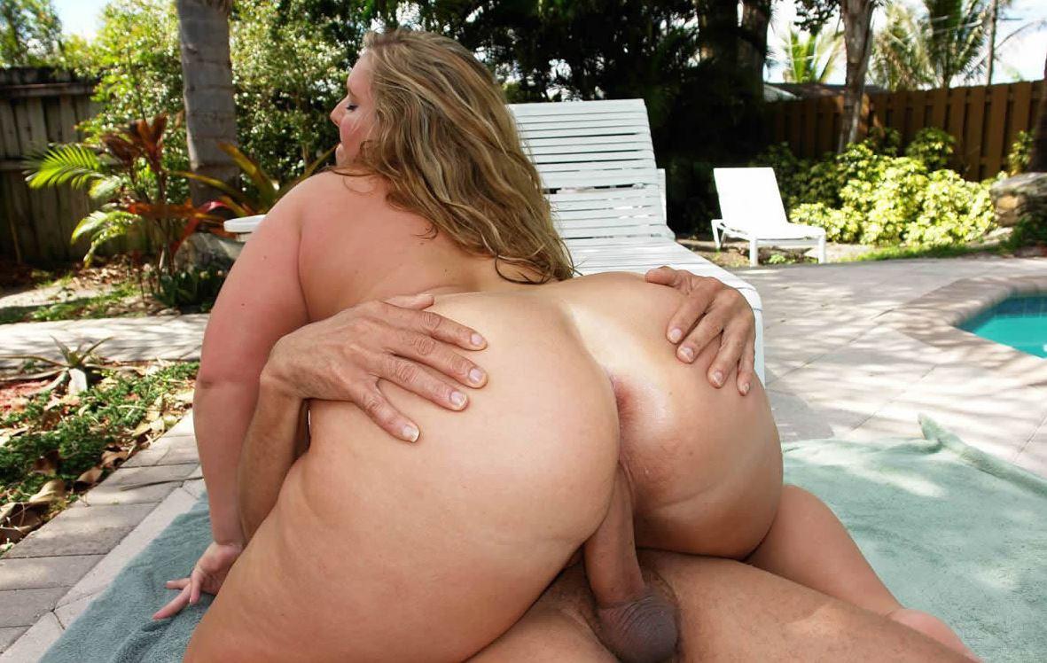 Heisse Frau mit fettem Arsch beim Sex im Freien